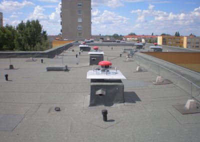 Szellőzőkürtők a panelház tetején